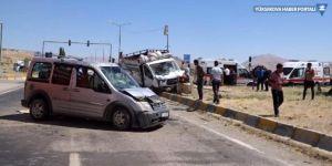 Van'da kamyonet ile hafif ticari araç çarpıştı: 2'si ağır 6 yaralı