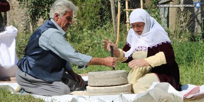 Yüksekova buğdayını, dedelerinden kalma taş değirmende öğütüyorlar