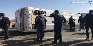 Bingöl'de yolcu midibüsü devrildi: 25 yaralı