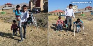 Yüksekova: Engelli oğlunu okula kucağında taşıyor