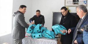Şemdinli'de öğrencilere giyim ve kırtasiye yardımı