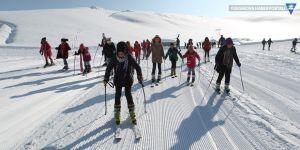 Çocuklar 2 bin 800 rakımda kayak öğreniyor