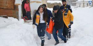 Yüksekova'da yolu kapanan köydeki hasta kurtarıldı