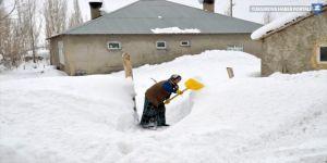 """Hakkari'deki bazı köylerde """"kar esareti"""" yaşanıyor"""