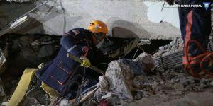 Elazığ'da arama kurtarma çalışmaları: 3 kişi enkazdan sağ çıktı