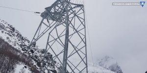 Yüksekova'da kar yağışı enerji hatlarına zarar verdi