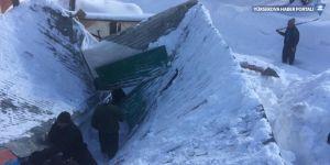 Yüksekova'da kar yağışı nedeniyle bir ahırın çatısı çöktü