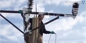 Yüksekova'da kırılan elektrik direğini köylüler onardı
