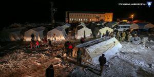 Depremzedeler, geç kurulan çadırlara yerleştiriliyor