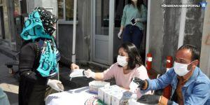 Çukurca'da vatandaşlara ücretsiz maske dağıtıldı