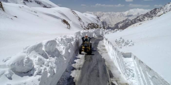 Çığ nedeniyle 42 kişinin hayatını kaybettiği Bahçesaray yolunda karla mücadele sürüyor