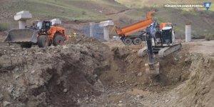 Heyelan nedeniyle kapanan Hakkari-Yüksekova kara yolunda çalışmalar sürüyor