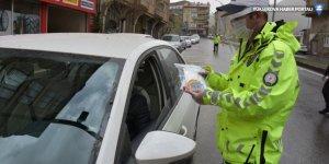 Hakkari merkezde polis ve jandarma, sürücülere maske dağıttı