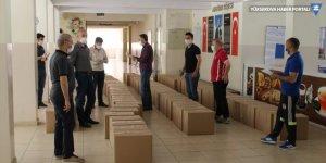 Şemdinli'de öğretmenlerden ihtiyaç sahiplerine yardım