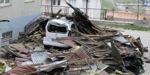 Hakkari ve Van'da şiddetli rüzgar çatıları uçurdu