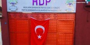 Yakılmak istenen HDP ilçe örgütünün kapısına bayrak astılar