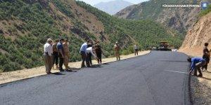 Şemdinli'de yol asfaltlama çalışması
