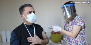 Yüksekova'da başhekim ve sağlık çalışanları aşı oldu