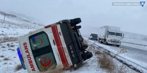 Hakkari'den Van'a hasta taşınan ambulans, buzlanan yolda devrildi