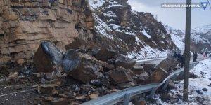 Dağdan kopan kaya parçalarının kapattığı Çukurca yolu açıldı