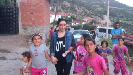 11 işçinin öldüğü köye sanatçı ziyareti