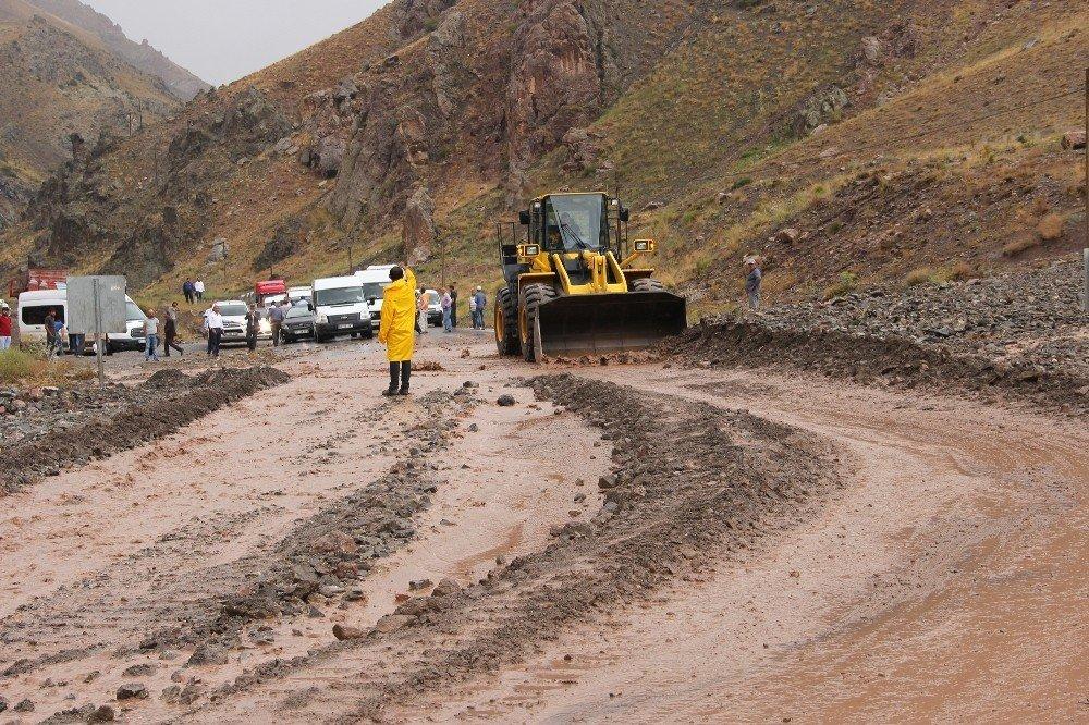 Van-Hakkari karayolu sel nedeniyle ulaşıma kapandı