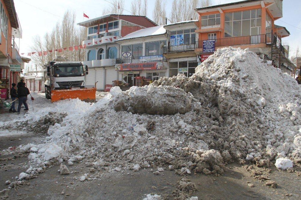 Başkale'de kar temizliği