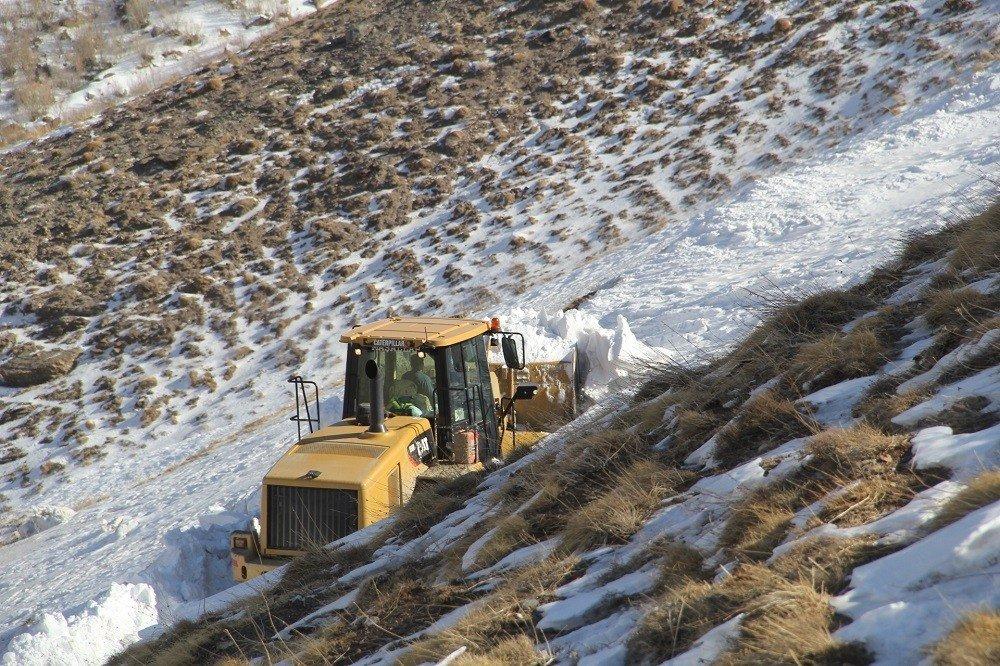 Başkale'de karla mücadele çalışması