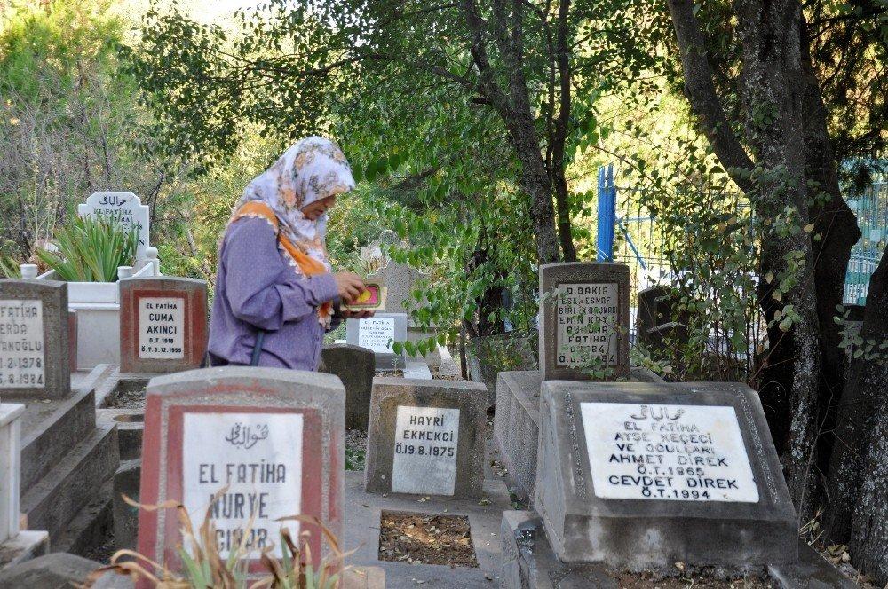 Bayram sabahı mezarlıklar doldu taştı