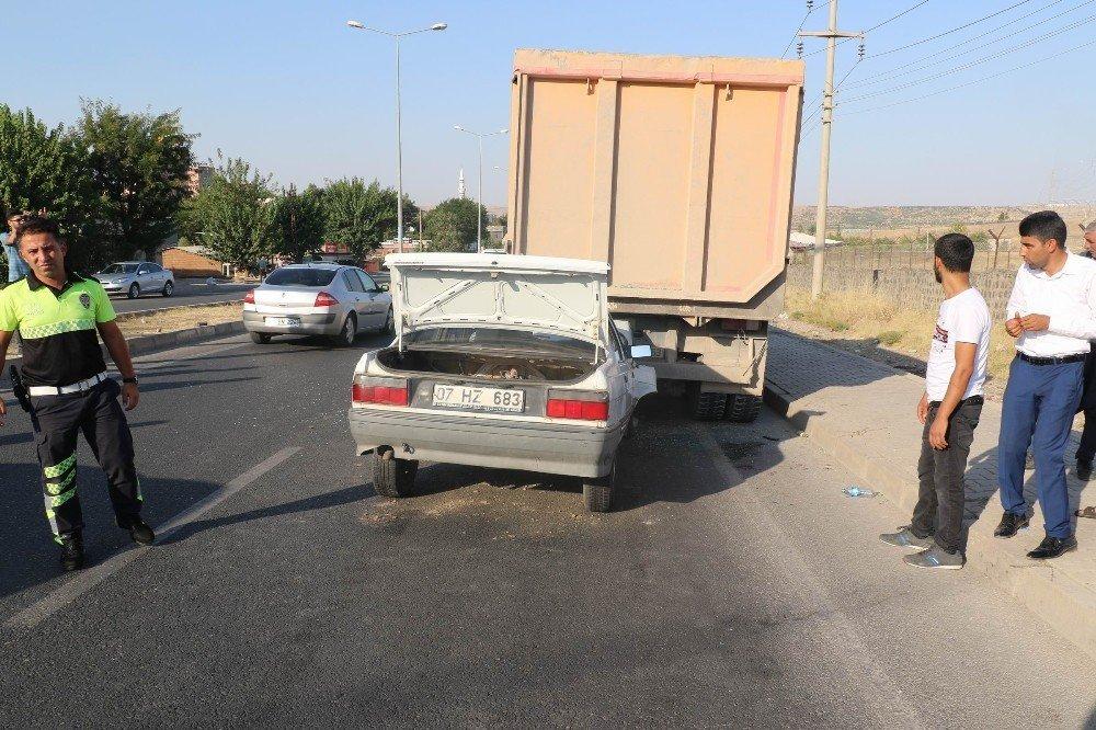 Otomobil kamyonun altına girdi: 1'i ağır 3 yaralı