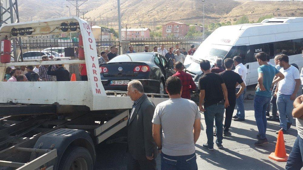 Tatvan'da yolcu minibüsü ile otomobil çarpıştı: 12 yaralı