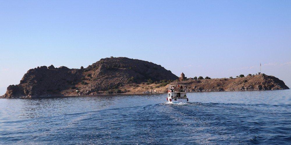 Akdamar Adası ayine hazır