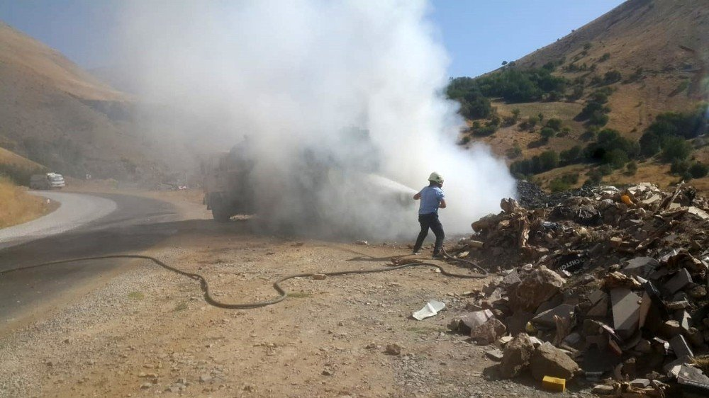 Van'da seyir halindeki kamyon alev alev yandı