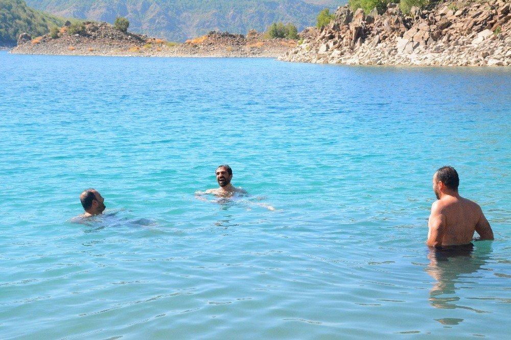 Nemrut Krater Gölü'nde serinliyorlar