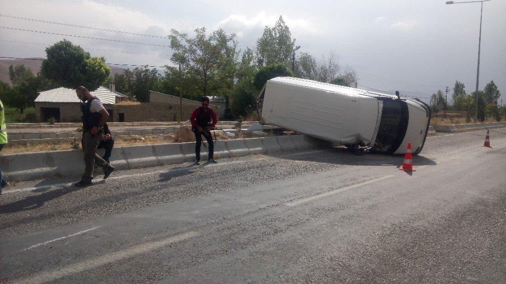 Van'da minibüs takla attı: 1 yaralı