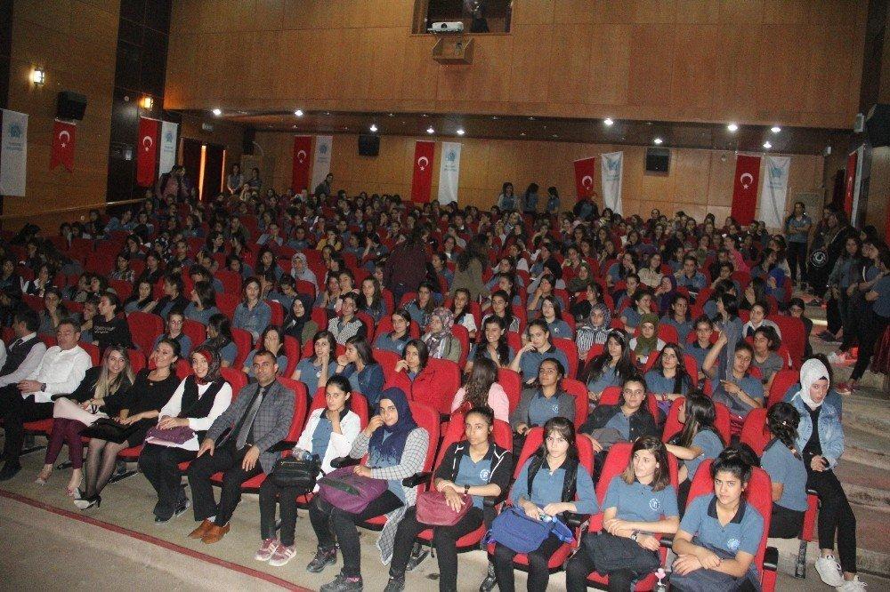 Hakkari'de 'Pembe Aslında Siyahtır' oyunu sahnelendi