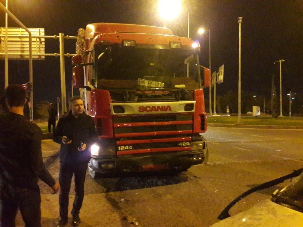 Diyarbakır'da tır otomobili biçti: 2 yaralı