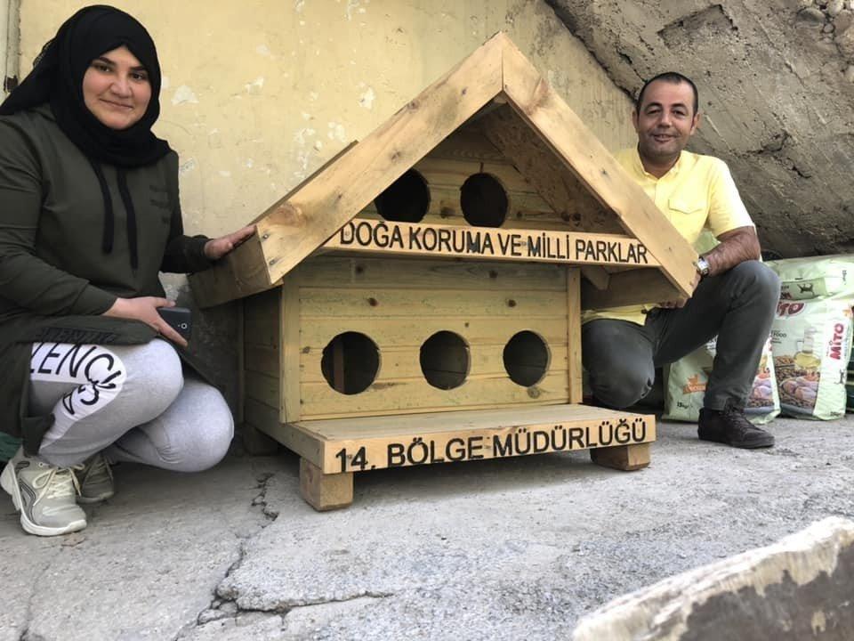 Hakkari'de kedi-köpekler için kulübeler yapıldı