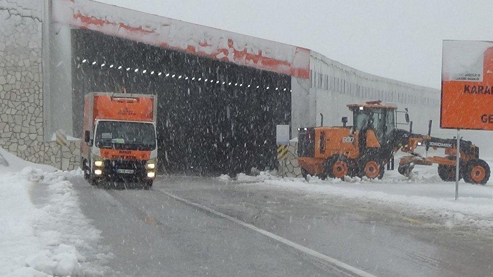 Van Karabet Geçidi'nde kar etkili oluyor