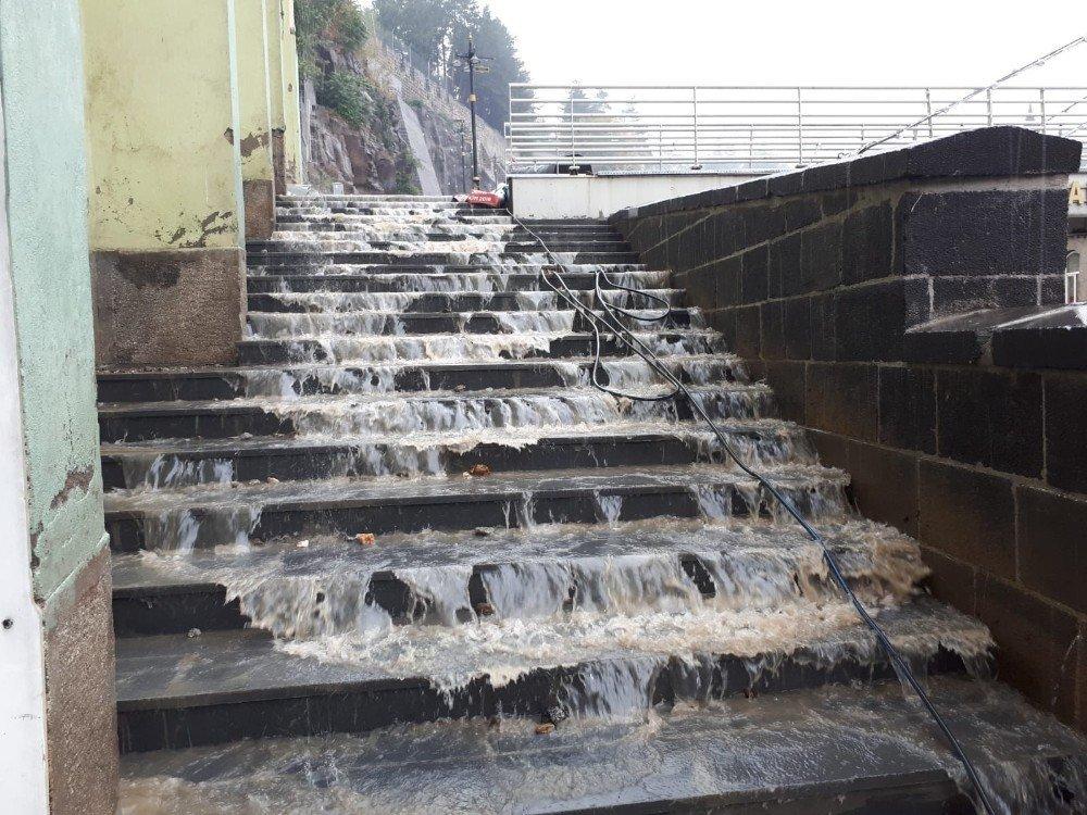 Bitlis'te sağanak yağış etkili oldu