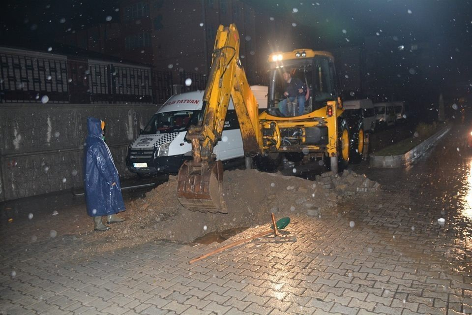 Sağanak yağışlar Tatvan'da hayatı olumsuz etkiliyor