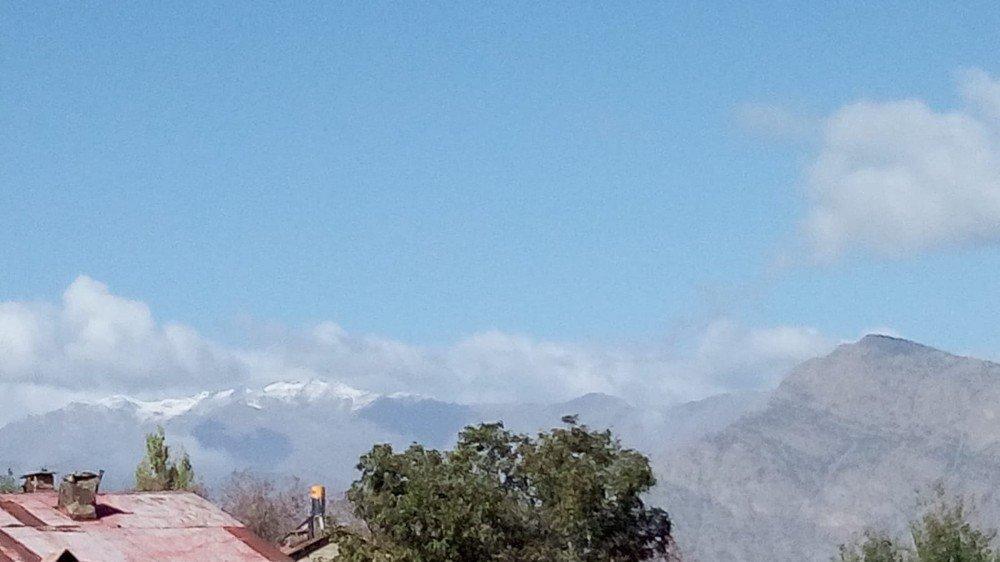 Çukurca dağlarına yılın ilk karı yağdı