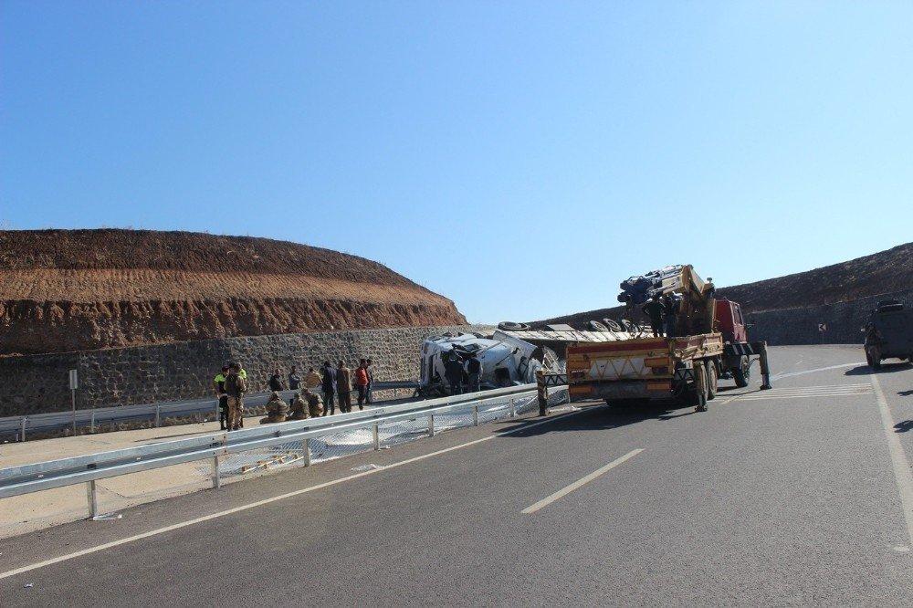 Silopi'de demir yüklü kamyon devrildi: 1 ölü, 1 yaralı