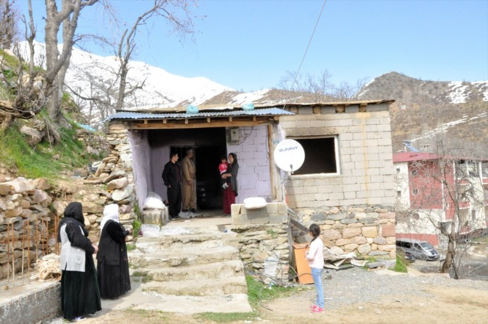 Çukurca: Evlerine yıldırım isabet eden aile yardım bekliyor