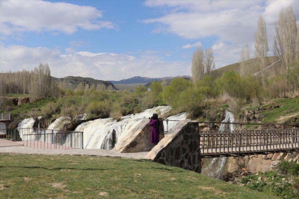 Muradiye Şelalesi ilgi görüyor
