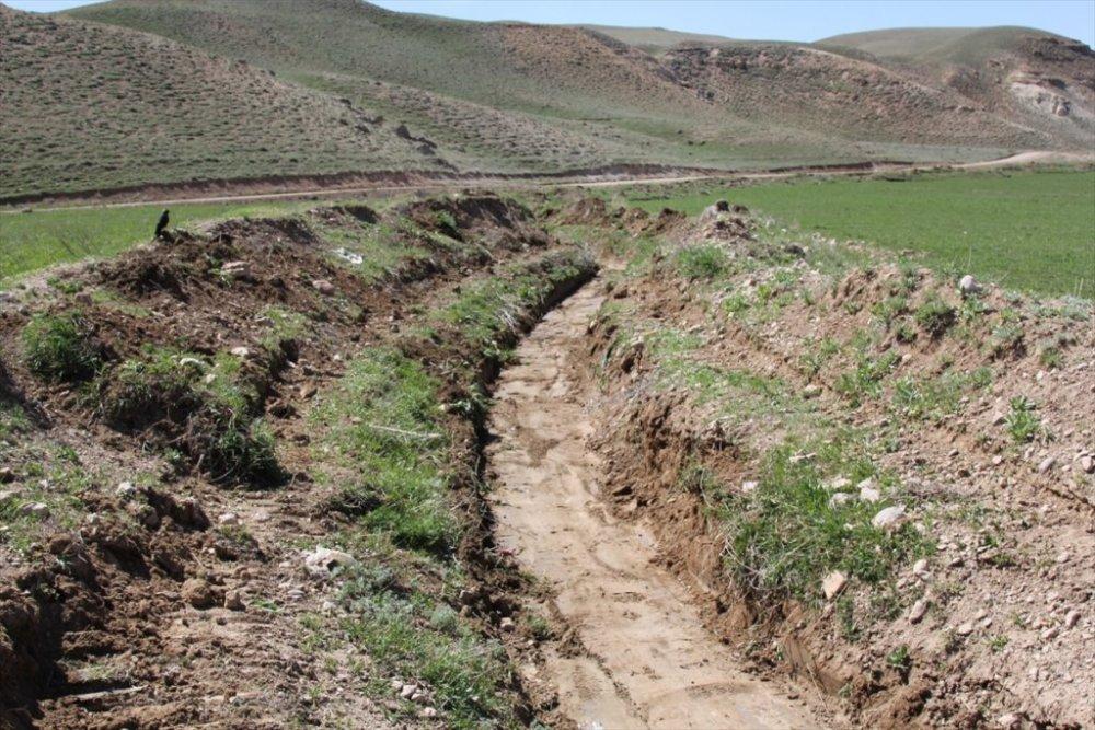 Başkale'de sulama kanalları temizleniyor