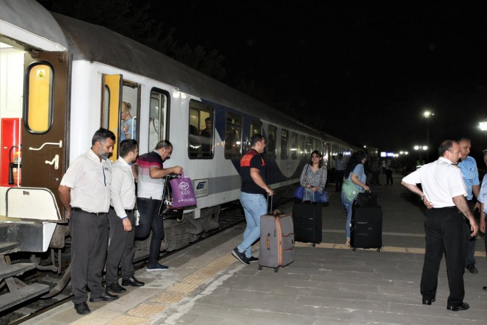 Tahran-Ankara treninin ilk yolcuları Van'a ulaştı