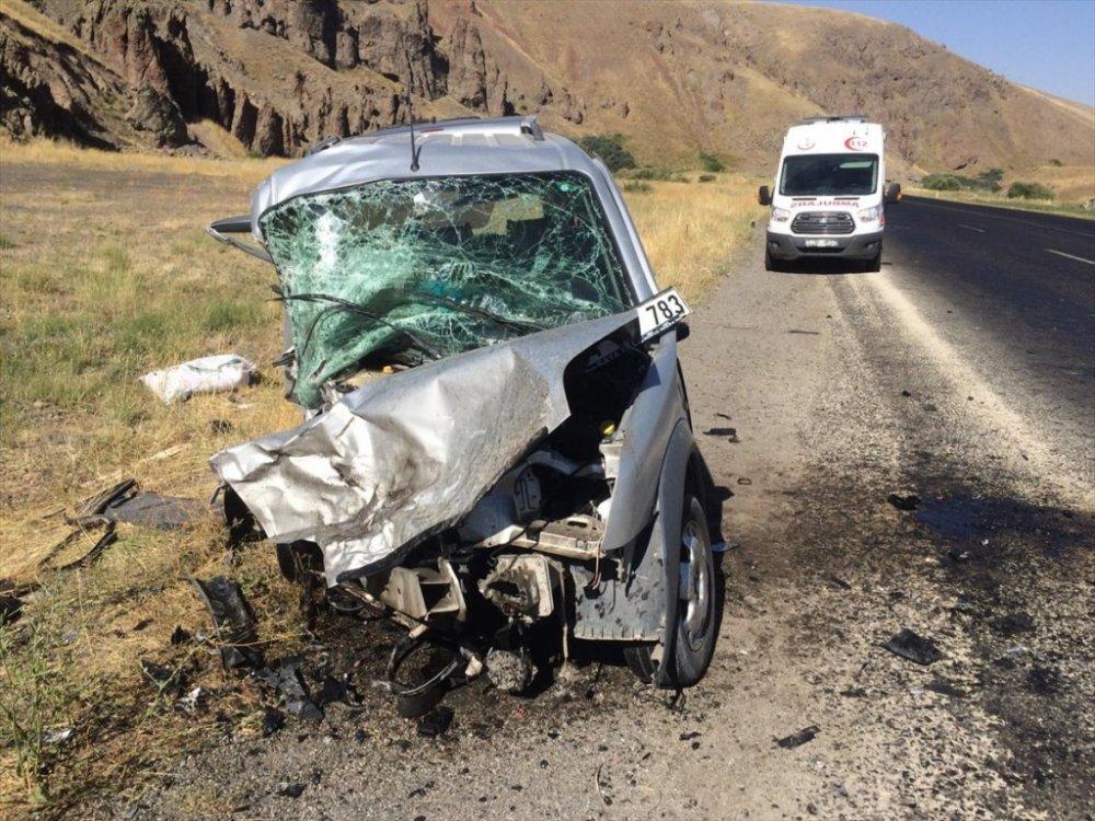 Ağrı'da otomobil ile kamyonet çarpıştı: 2 ölü, 1 yaralı