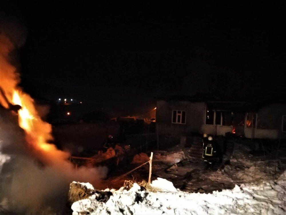 Van'da cinnet getiren kadın evini ateşe verdi