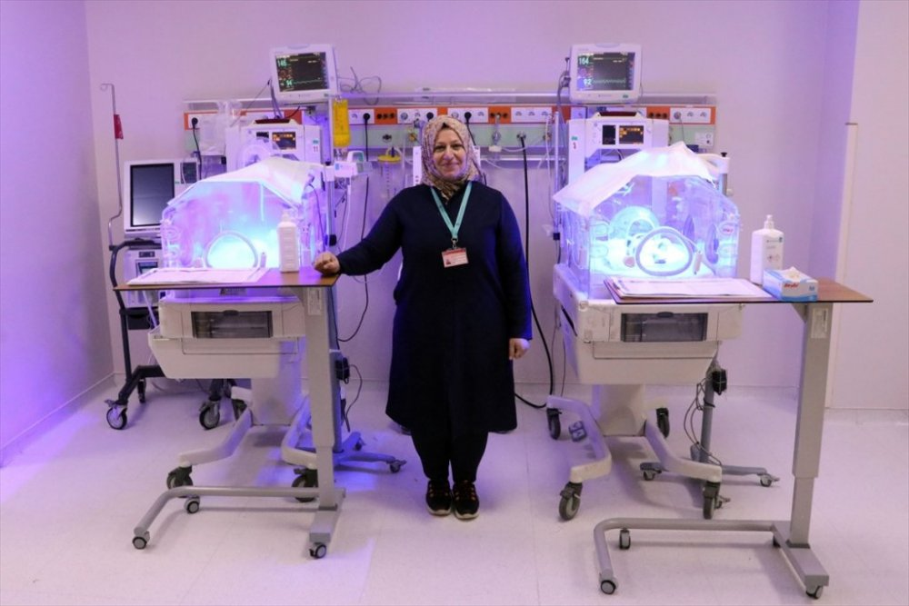 """Bebeğini kaybettiği tıp merkezindeki """"Parmak"""" bebeklere gönüllü annelik yapıyor"""
